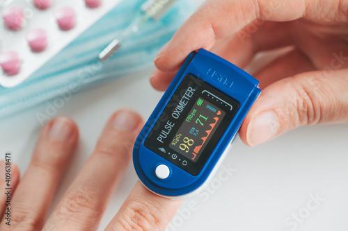 Fotografia Pulse Oximeter finger digital device to measure oxygen saturation in blood