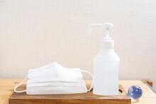 マスクと消毒液と地球。新型コロナウイルス(COVID-19)や感染症の予防対策イメージ。