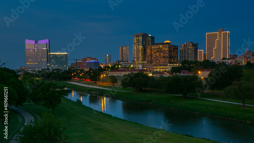 Valokuva Fort Wroth Skyline at Night with Trinity Trail in Fort Worth,  Texas