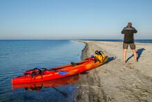 Samotny Mężczyzna I Jego Kajak Podczas Wyprawy Morskiej Na Rewie Mew, Zatoka Gdańska