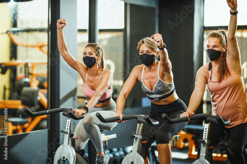 Obraz Workout In Gym During Pandemic - fototapety do salonu
