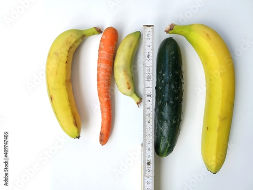Foto Measuring tape with bananas, carrot an cucumber symbolizing different penis size