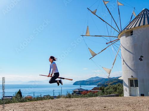 空を飛ぶ女性