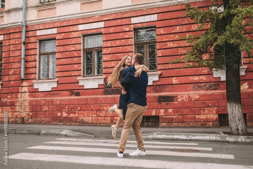 Happy couple walking on the crosswalk in the city Tapéta, Fotótapéta
