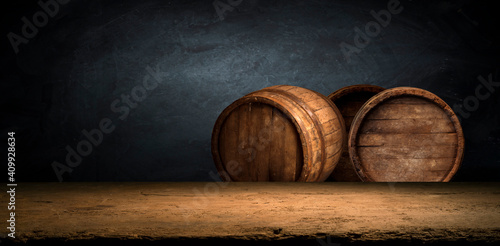 Fotografia background of barrel and worn old table of wood