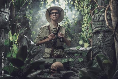 Fotografia Brave woman exploring the tropical jungle
