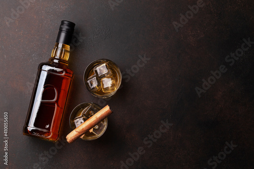 Papel de parede Scotch whiskey bottle, glasses and cigar