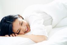 ベッドで横になる30代日本人女性