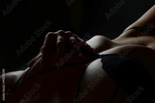Obraz frau verführerisch in dessous pose verlockend liebe sexy erotik dessous unterwäsche slip fit straffer bauch taille po bottom hintern - fototapety do salonu