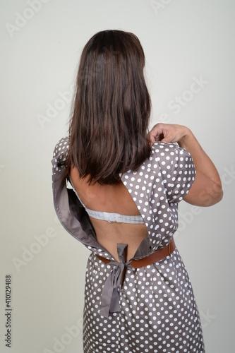 Obraz frau zieht sich kleid aus rücken bh taille schlank braun brünette haare - fototapety do salonu