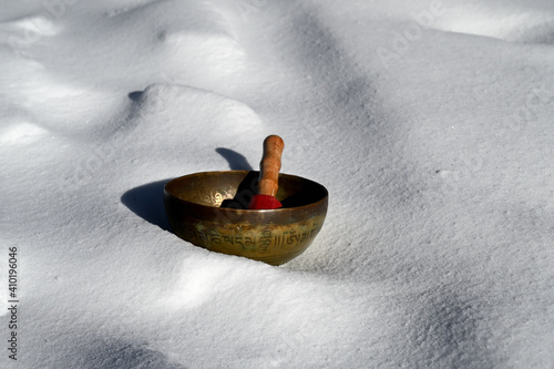 Slika na platnu A tibetan singing bowl in the snow