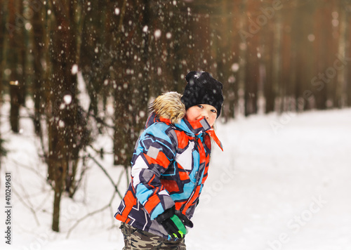 Fotografija Little boy throws a snowball