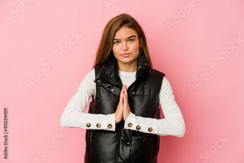 Photo Young skinny caucasian teenager girl praying, showing devotion, religious person looking for divine inspiration