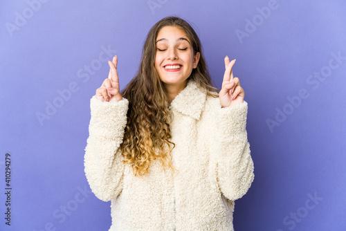Young caucasian cute woman crossing fingers for having luck Fototapet