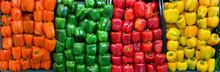 Chile Morrón O Pimiento Rojo Y Verde Verduras Presentadas A Consumidores En Un Mercado