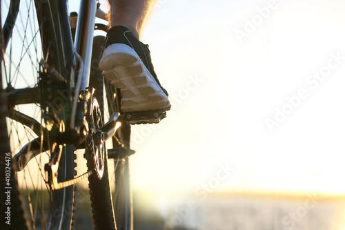 Murais de parede Male cyclist riding bicycle outdoors, closeup