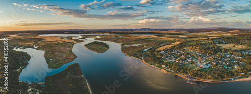 Canvas-taulu Panorama of Marlo township and the Snowy River at sunset