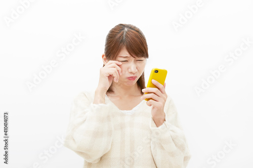 Fotografie, Obraz スマホを見て泣く女性