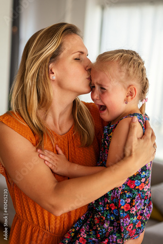 Canvas Print Mother comforting her crying little girl