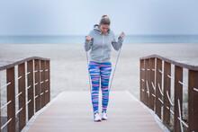 Ragazza Bionda Con Abbigliamento Sportivo Si Allena Con La Corda Vicino A Una Spiaggia