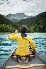 Ragazzo In Canoa Sul Lago