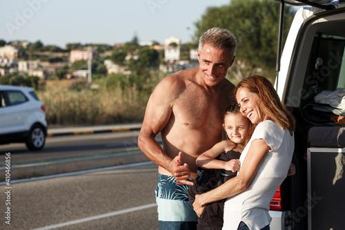 Fotografie, Tablou famiglia felice composta da papà mamma e figlia, in abbigliamento da mare si abb