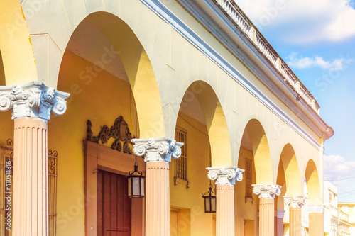Fotografiet Colonial colonnade and arches in the Parque Leoncio Vidal, Santa Clara, Cuba