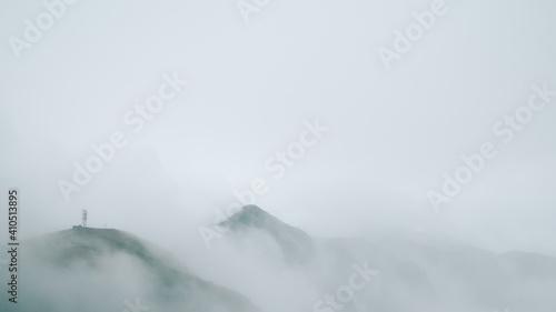 Fotografia Mountain ridge covered in fog on top of Wugong Mountain in Jiangxi, China