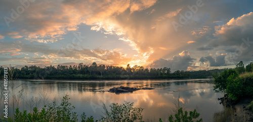 Photo Beautiful Panoramic Riverside Sunrise with Cloud Reflections