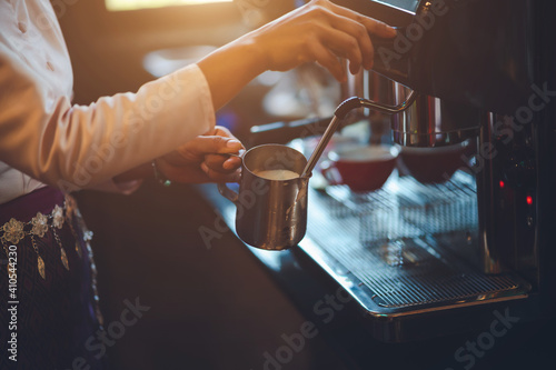 Foto Barista making coffee in coffeeshop
