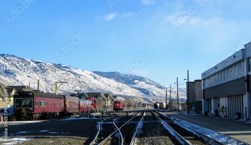 Photo The Canadian Pacific Railway train stopped in downtown Kamloops, British Columbia, Canada on a beautiful winters day with sunshine and blue sky