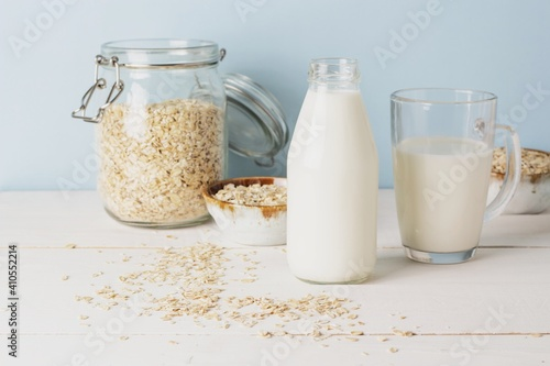 Cuadros en Lienzo Vegan oat milk, non dairy alternative milk in a glass close up