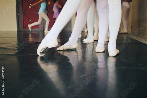 Fotografija legs of ballet dancers in training