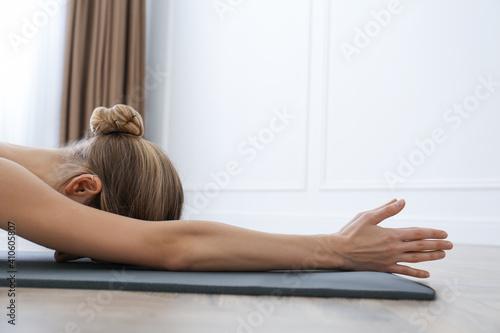 Foto Young woman practicing restorative asana pose in yoga studio, closeup