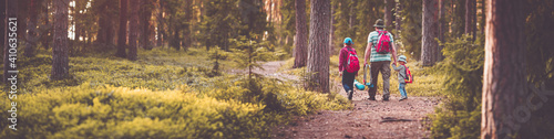 Fotografia Father and boys going camping with tent in nature