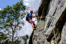 Alpinista In Azione Su Via Ferrata