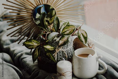 Miły poranek przy kawie i kwiatach