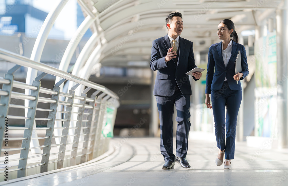 Fototapeta Business people walking and talk to each other in front of modern office