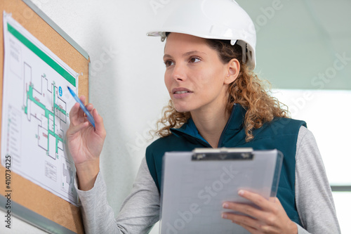 Fototapeta builder woman showing the evacuation plan