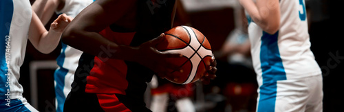 Photo Girls playing basketball
