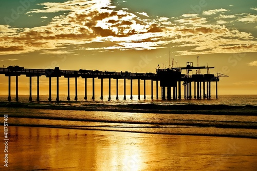 Papel de parede Silhouette Built Structure On Beach Against Sky During Sunset
