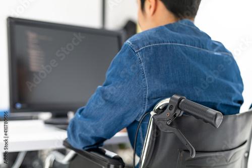 Fotografía パソコンを使う男性身体障害者・車椅子