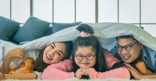 Obraz down syndrome eenage girl having good time together with family - fototapety do salonu