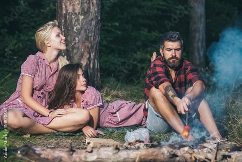 Fényképezés Friends camping in forest