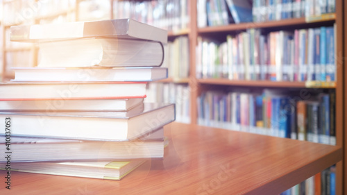 Fotografia Stack Of Books On Table In Library