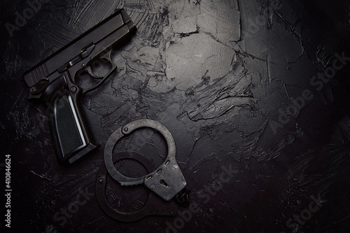 Fotomural Top view of firearms and handcuffs