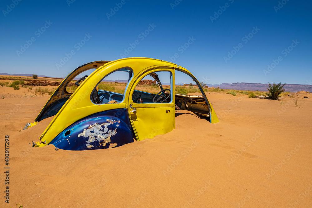 Fotografia citroen 2CV enterrado en la arena, Tamegroute, Marruecos, Africa