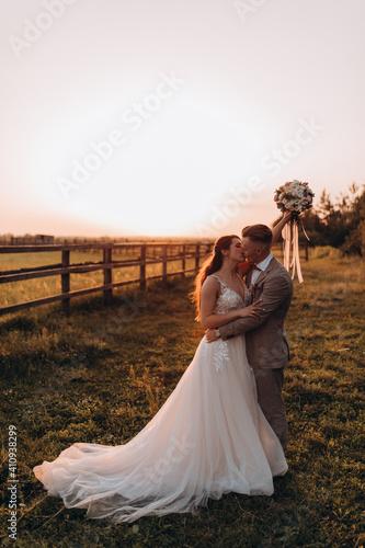 Canvas Print Walk the newlyweds at sunset