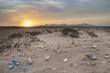 Piękny krajobraz o zachodzie słońca zanieczyszczony śmieciami, plastikiem i odpadkami