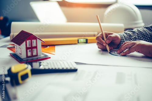 Foto Cropped Hand Of Architect Working In Office